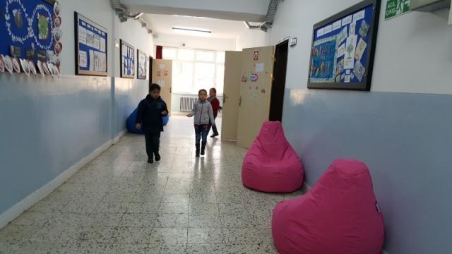Okul Kapıları Renklendi, Koridorlara Puf Koltuklar Geldi.