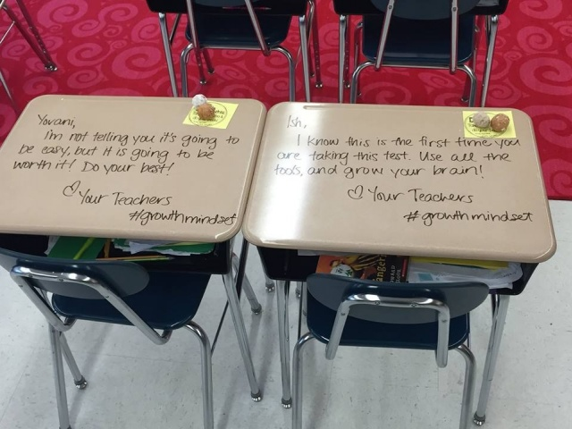 Öğrencilerine İlham Vermek İçin Masalara Mesaj Yazan Öğretmen
