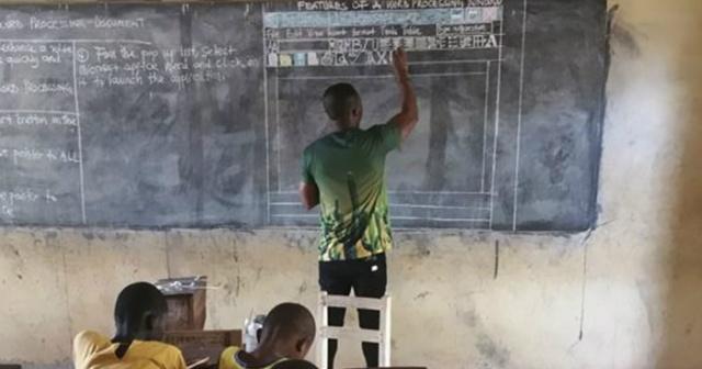 Okulda Bilgisayar Olmadığı İçin Ofis Programını Tahtaya Çizerek Anlatan Eli Öpülesi Fedakâr Öğretmen