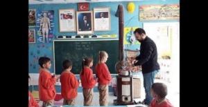 Çocuklara Hayatı Öğreten Öğretmenin Öğrencileri Okuldan Ayrılmak İstemiyor