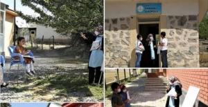 Fedakar Öğretmen Kapı Kapı Dolaşarak Öğrencilerine Ders Anlatıyor