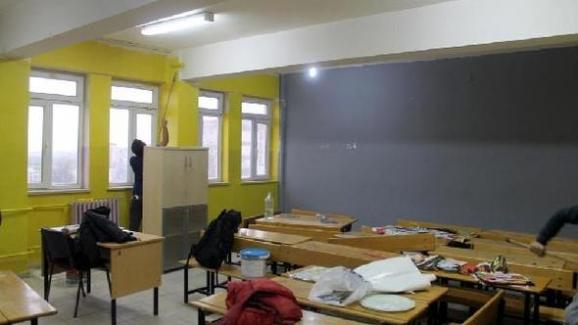 Eli öpülesi öğretmenler, yarıyıl tatillerini sınıfları boyayarak geçirdi