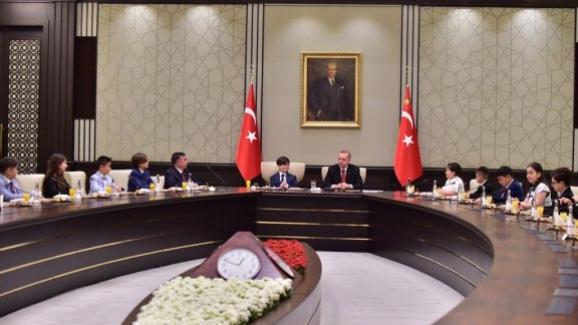 Cumhurbaşkanı Erdoğan, Bakan Yılmaz ve beraberindeki çocukları kabul etti