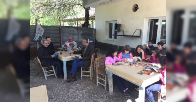 Öğrenciler ve köylüler birlikte okuyor