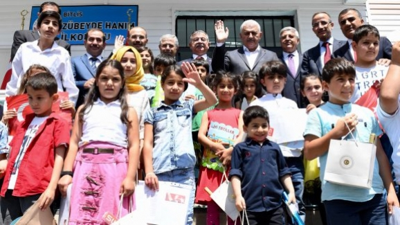 Başbakan Yıldırım ve Bakan Yılmaz, Bitlis'te karne dağıtım törenine katıldı