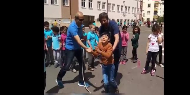 Engelli Öğrencisini Kucağına Alıp İp Atlatan Öğretmen. Harikasın Öğretmenim <3