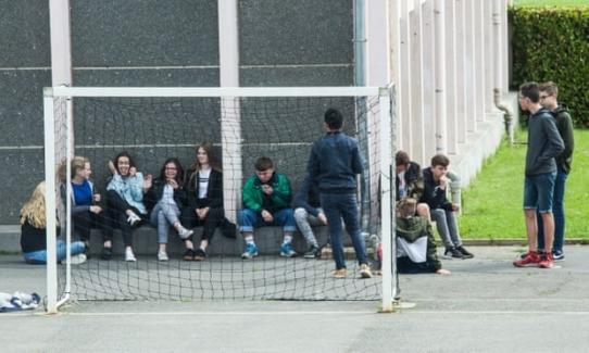 Okullara Getirilen Cep Telefonu Yasağına Fransız Öğrencilerin Tepkisi