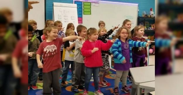 Öğrencilerden Büyük Jest: İşitme Engelli Okul Görevlisinin Doğum Günü İçin İşaret Dilini Öğrendiler
