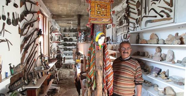Emekli öğretmen, çocukluğundan itibaren biriktirdiği objelerle evini adeta müze haline getirdi.