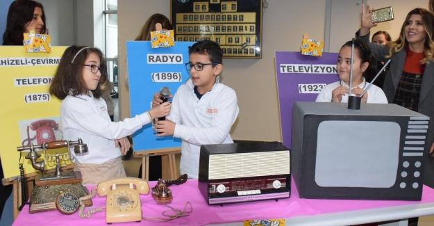 Öğrencilere eski haberleşme tekniklerini öğretmek için ilkokula PTT şubesi açıldı