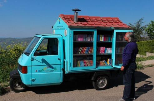 Seyyar Kütüphanesiyle Çocuklara Kitap Okumayı Sevdiren Emekli Öğretmen