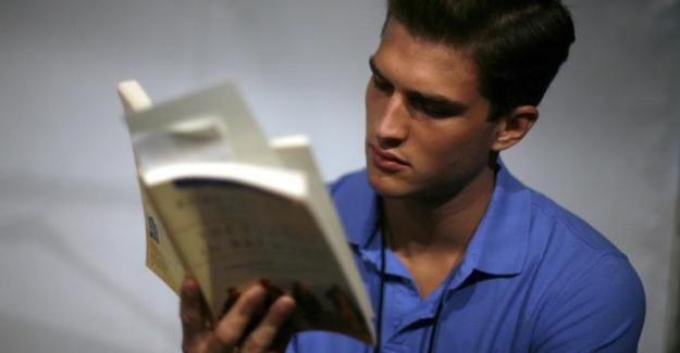 """Sosyal Medyada Harcadığınız Sürede, """"Her Yıl Yüzlerce Kitap Okuyabilirsiniz"""""""