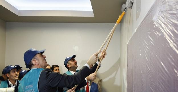 İki Bakan Bir araya geldi ve öğrencileri mutlu etmek için okul boyadı