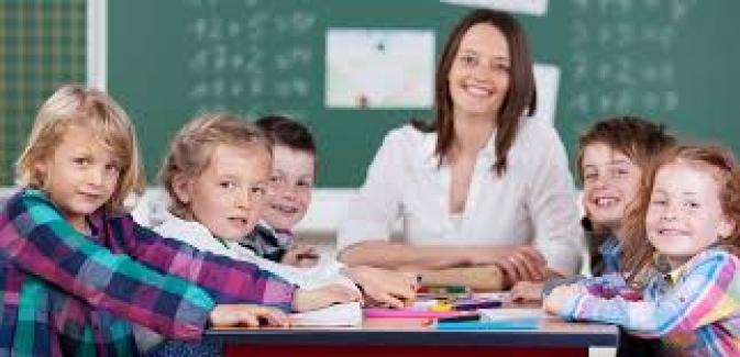 Öğretmen dört yanı öğrenci ile çevrili büyük bir sevgi parçasıdır.