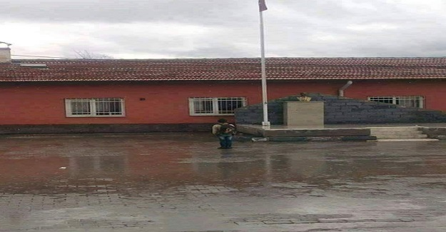 Burası Niğde sıradan bir okul. Sabah yağan şiddetli yağmur sebebi ile okul müdürü İstiklal Marşını içeride okutur ve