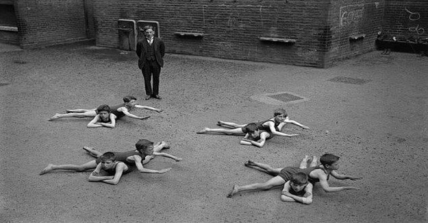 Fotoğraf 1920'lerde denize ulaşma imkanları olmayan çocukların yüzme eğitimi aldığı bir güne aitmiş.