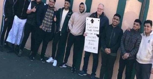 Yeni Zellanda'da Müslümanlara Yapılan Katliam Sonrası, Müslümanlar İçin Nöbet Tutan İngiliz Sosyal Medyaya Damga Vurdu