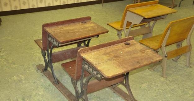 1994 Yılında Parasızlık Yüzünden Okul Hayatını Bırakmak Üzereyken, Öğrencisine Kol Kanat Gerip Yardım Eden Öğretmen