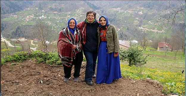 """Bu Köyü Sadece Kadınlar Yönetiyor: """"5 Dil Bilen Köy Muhtarı"""" Ve Yaşama Dair Güzel Bir Örnek"""