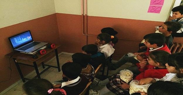 Köy Öğretmeni Sinemayı Sevdirmek İçin Öğrencilerine Kendi İmkanlarıyla Sinema Ortamı Hazırladı