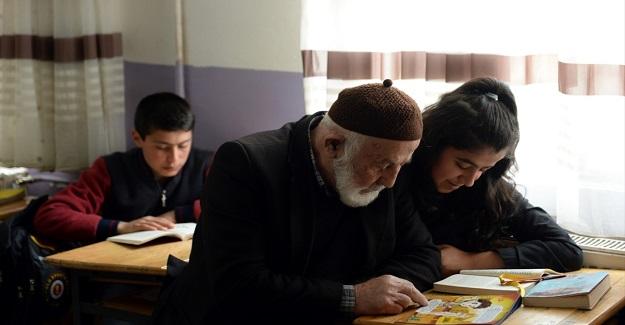 Köyde ki veliler sınıfta çocuklarıyla birlikte kitap okuyor