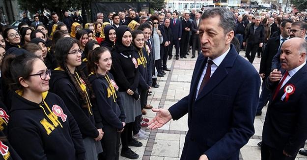 """Milli Eğitim Bakanı Ziya Selçuk Öğrencilerle Gülümseten Diyaloğu: """"Müdür mü Büyük Bakan mı ?"""""""