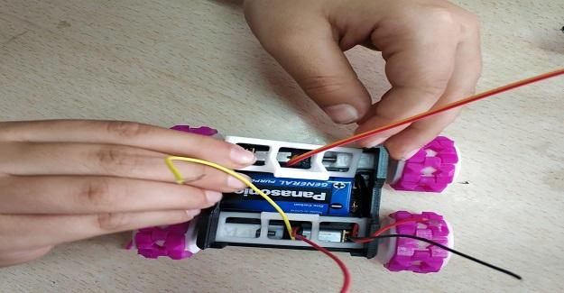 Ortaokul Öğrencileri Ve Öğretmenleri Kendi imkanlarıyla Robotik Oyuncak Araba Ürettiler