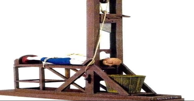 Üç kişi giyotinle idama mahkûm olur.