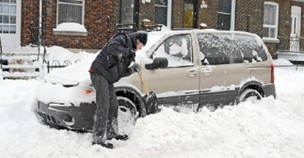 Arabasının Etrafındaki Karları Temizlerken Karısı Ve Çocuğu Öldü: Polis Şimdi Herkesi Uyarıyor