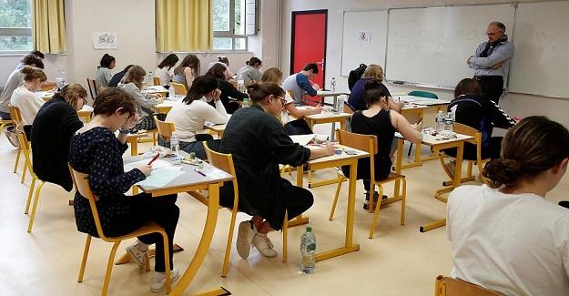 """Bugün Fransa'da Liseyi Bitirme Sınavı (BAC) başlamış. 743.594 lise öğrencisi ilk aşamada """"felsefe sınavı""""nı geçmiş."""