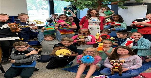 Sınıf öğretmeni, öğrencilerin sanat eserlerini peluş oyuncaklara dönüştürüyor