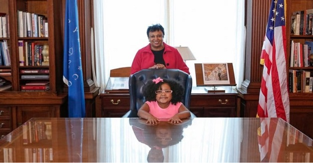 4 Yaşında Olmasına Rağmen Bin Kitap Okuyan Dahi Kız!