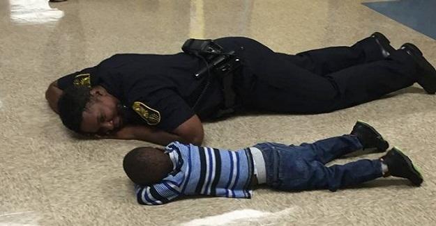 Üzgün Bir Çocuğu Teselli Etmek İçin Uğraşan Bir Polis Memuru