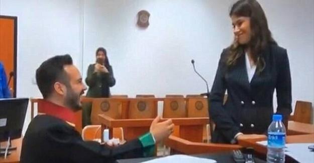 Bir Avukat Öğretmen Olan Kız Arkadaşına Sıradışı Bir Evlilik Teklifinde Bulundu