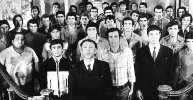 İstanbul Lisesi'nin onuncu sınıf öğretmeni Salih Hoca ile öğrenciler arasında garip bir olay gerçekleşir…