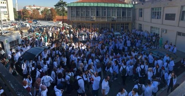 İÜ Diş Hekimliği öğrencileri depremden dolayı hasar gören binalarına ilişkin eylem gerçekleştirdiler