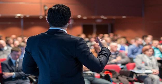 Konferans Sırasında Bir CEO, Öğretmeni İşaret Ederek Yaptığı İşi Küçümser: Öğretmenin CEO'ya Öyle Bir Cevap Verir ki!