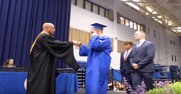 Mezun olan öğrenciler, otizmli sınıf arkadaşları için mezuniyetlerini sessiz yaptılar