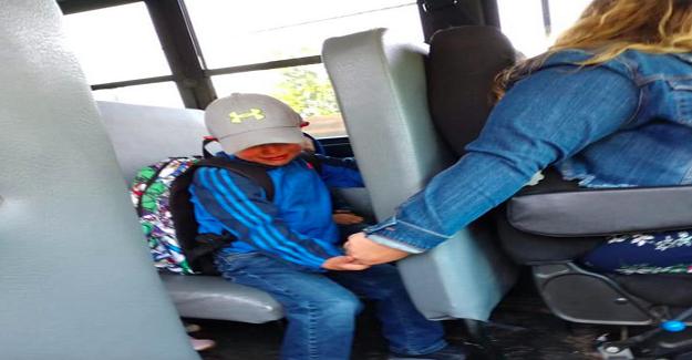 Okula Gitmek İstemeyen Çocuğu Servis Şoförü Sakinleştirdi