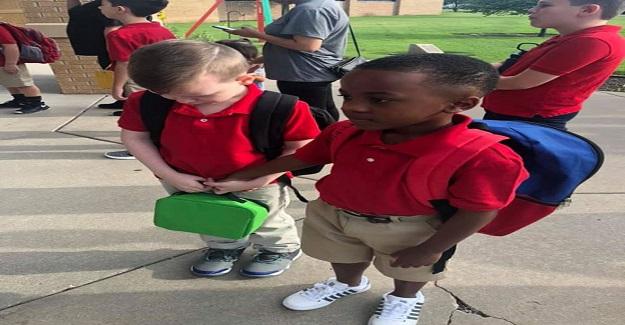 Otizmli Sınıf Arkadaşına Destek Olan Küçük Çocuk Tüm Dünyada Takdir Topladı