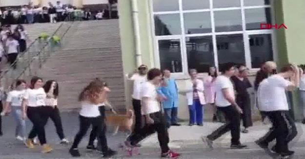 Pes Artık! Bir Lise Açılışında Öğrencilerin Kafasına Simit Atarak Hoşgeldin Dediler