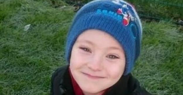 8 Yaşındaki Küçük Çocuk, Sevgiler Gününde Tüm Kız Arkadaşlarına Gül Hediye Etmek İçin Araba Yıkadı