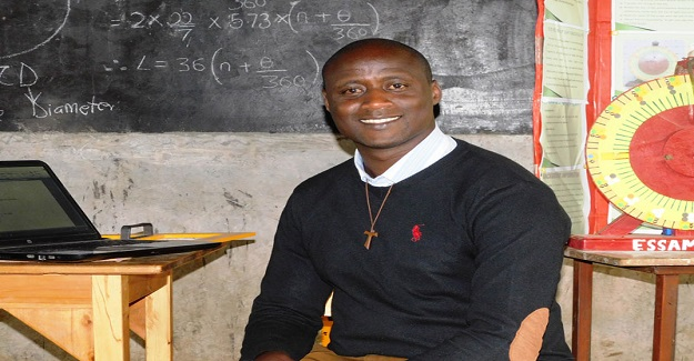Maaşını Yoksul Öğrencilere Bağışlayan Öğretmen Herkesin Gönlünde Taht Kurdu