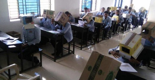 Öğretmenin Sınav Esnasında Öğrencilerin Kafasına Kutu Geçirmesine Veliler Büyük Tepki Gösterdi