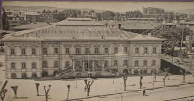 Yıl 1964. Atatürk Orta Okulu bitmiş, Gaziantep lisesi 1 sınıfım. Okulun ilk günü...