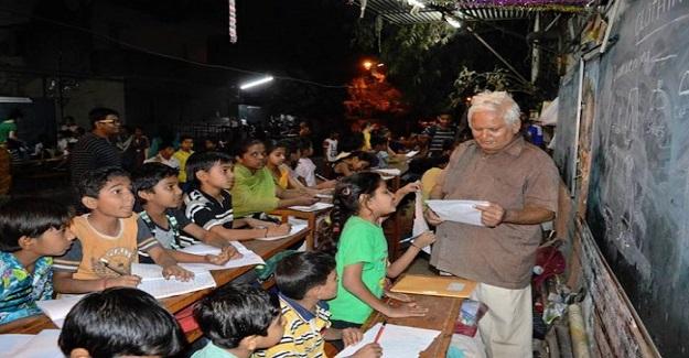 Yoksul Gecekondu Mahallesinde Sokak Okulu Açarak Öğretmenlik Yapan İş Adamı