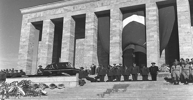 10 Kasım 1953 sabahı Ata'nın naaşı 15 yıl önce onu Dolmabahçe'den Ankara'ya taşıyan top arabasına yerleştirilir