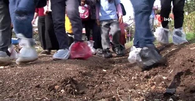 Ayaklarında Poşetle Okula Giden Öğrenciler, Yollarının Bir An Önce Yapılmasını İstiyor