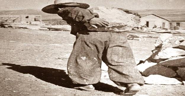 Hasanoğlan Köy Enstitüsünün kuruluşunda sırtıyla taş taşıyan Hasanoğlan Köy Enstitüsü öğrencisi 1941