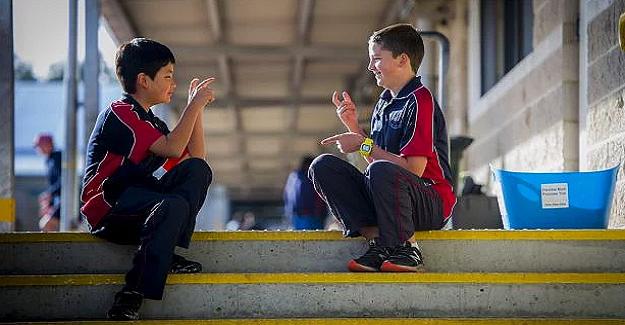 """İşitme Engelli Arkadaşı İçin İşaret Dilini Öğrenen İyi Yürekli Çocuk """"İnsanlık Ödülü"""" Aldı"""